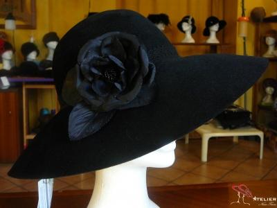Cappello a tesa ampia in feltro nero