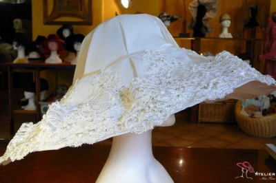 Cappello in raso e merletto