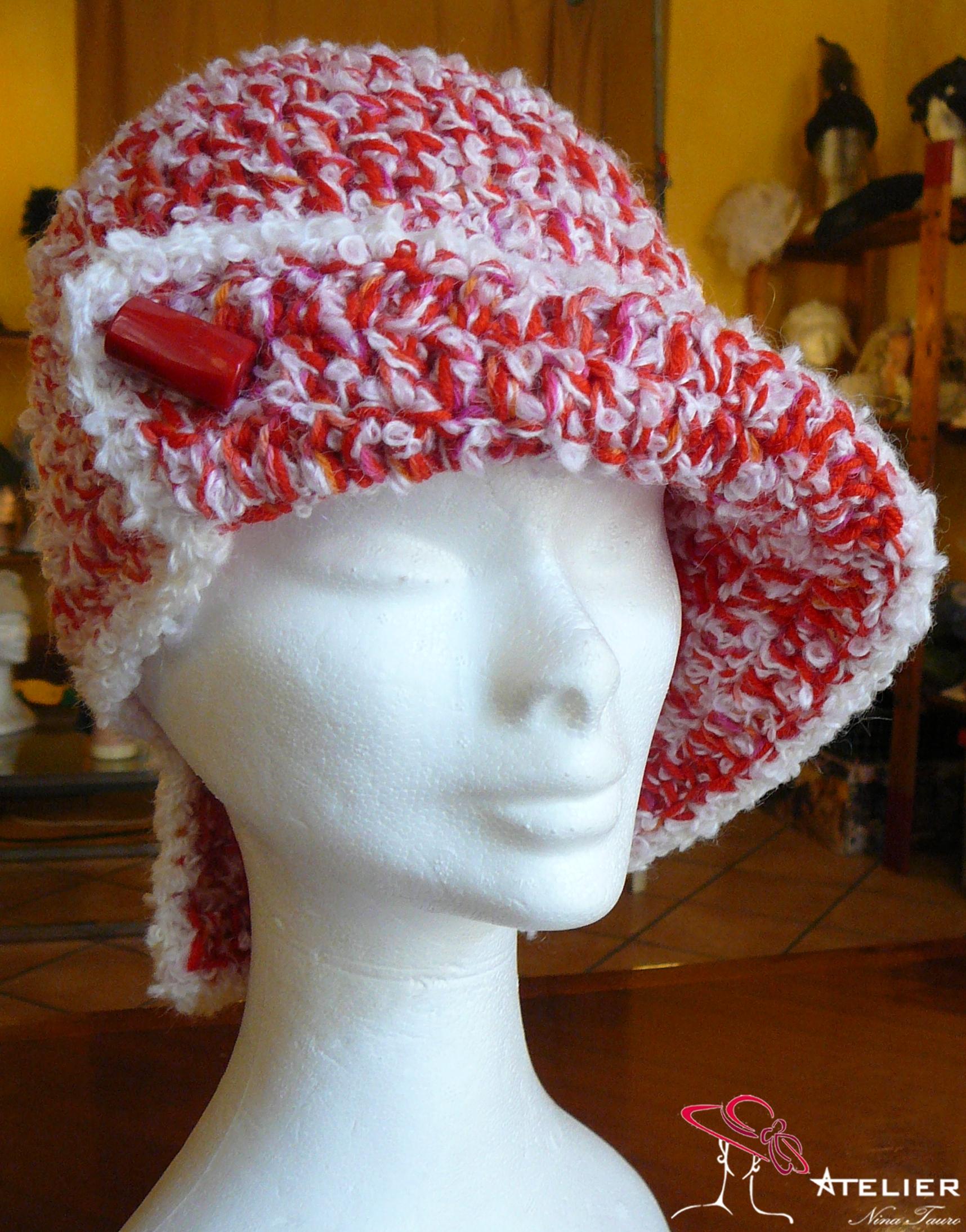 Cappello in lana rossa e bouclè bianca con pietra dura