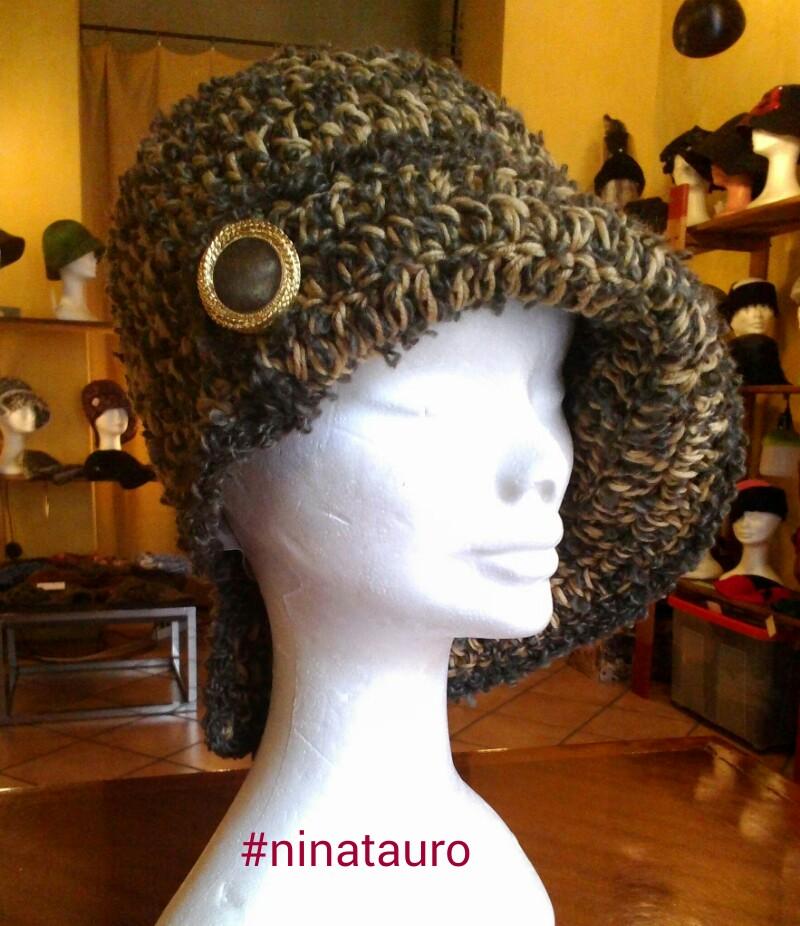 Cappello in lana naturale colorata con bagno caffè e lana bouclè con bottone vintage. fatto a mano.Taglia unica buona vestibilità.  Pezzo unico