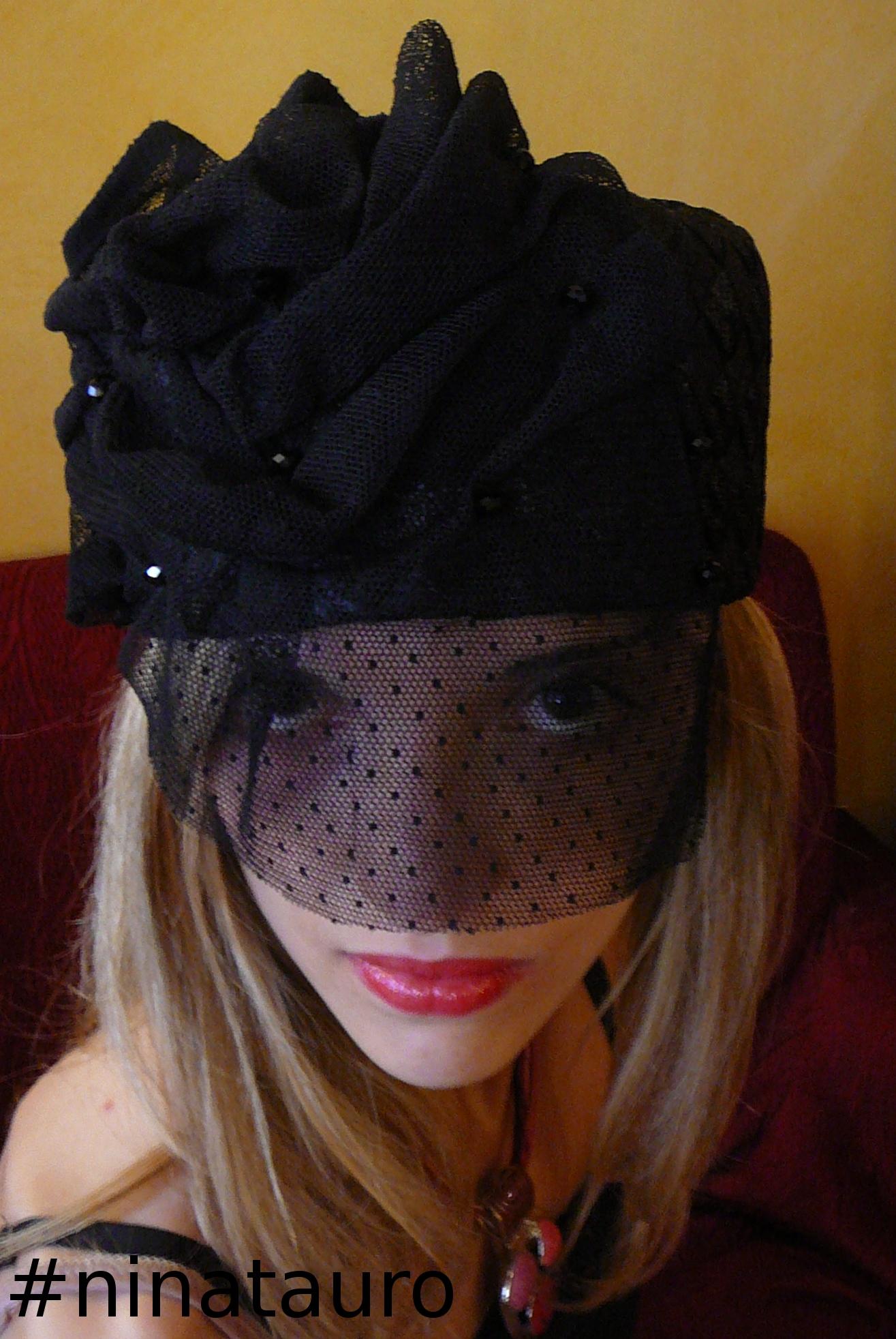Cappello in rafia con veletta e perline di vetro